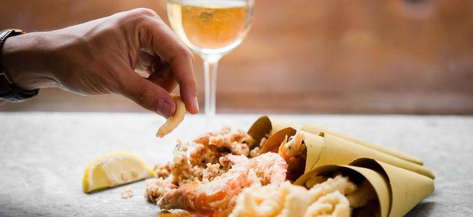 Ore 13:00 - Street food con Cartoccio di frittura e un buon vino bianco!